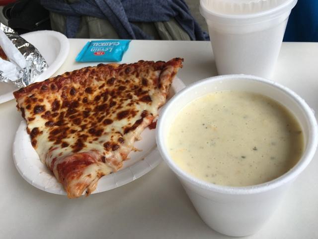 チーズピザとクラムチャウダー