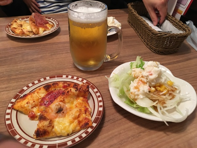 ビール・サラダ・ピザ