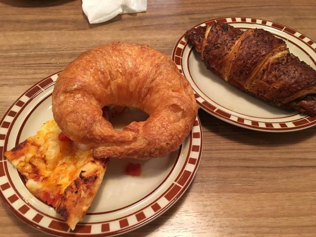 エビのピザとクロワッサン、一番人気のあんこ入りパン