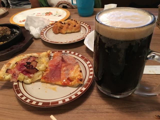ポテト、生ハムのピザとビール