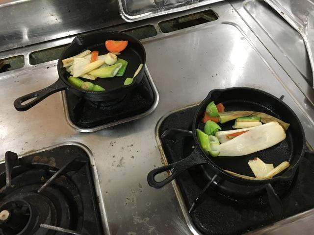 野菜くずを炒めて仕上げ
