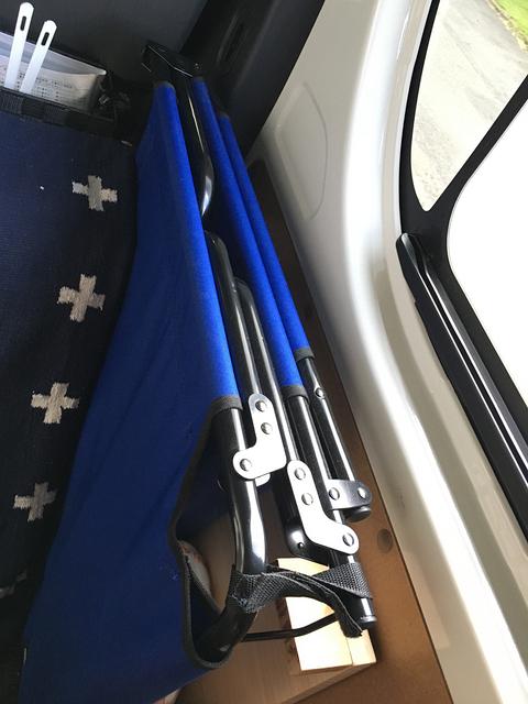 折りたたんだコットの上のデッドスペース