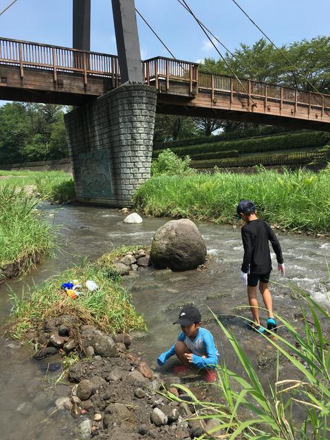 近所の川で水遊び