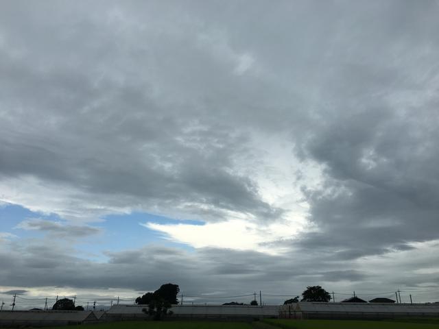 雲の切れ目から青空