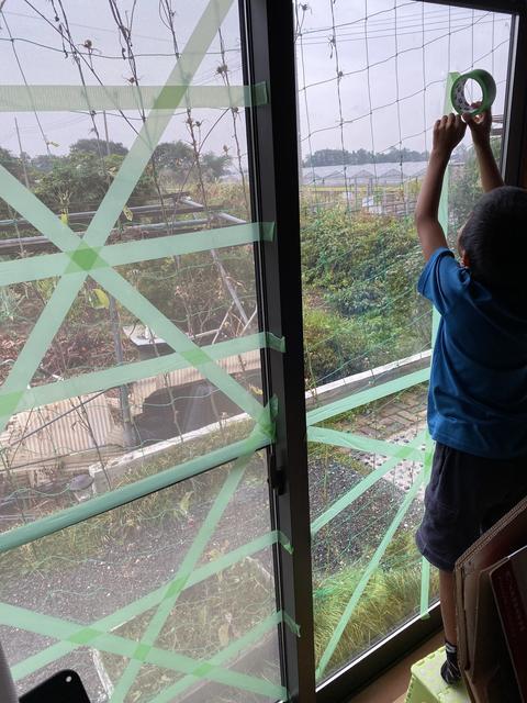 ガラス窓に飛散防止対策