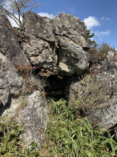 大きな岩に穴