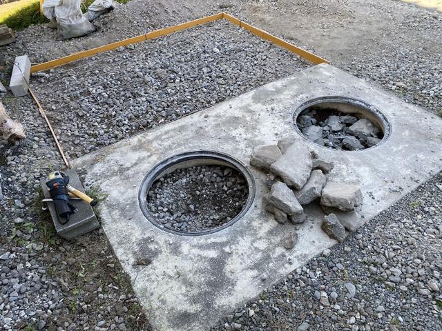 浄化槽跡の穴二つ