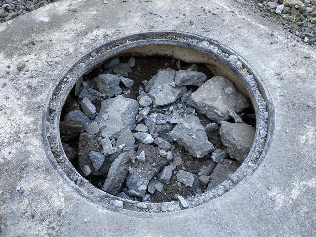 コンクリート片で埋める