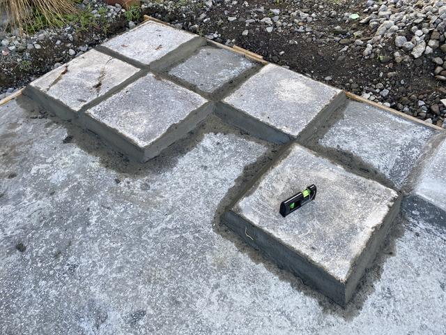 前回の反対側に石板を貼る
