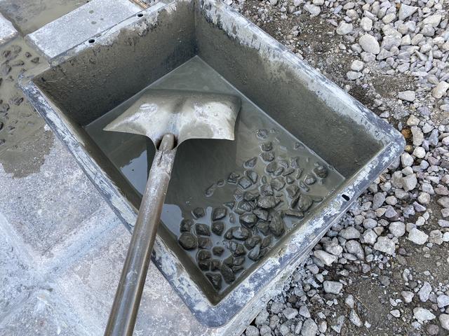 余ったモルタルに石と水追加