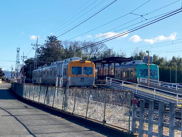 二両並んだ電車
