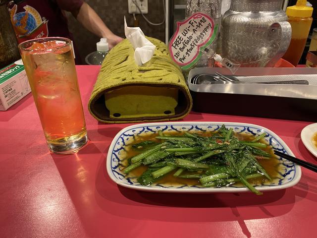 青菜いためとメコンウイスキー