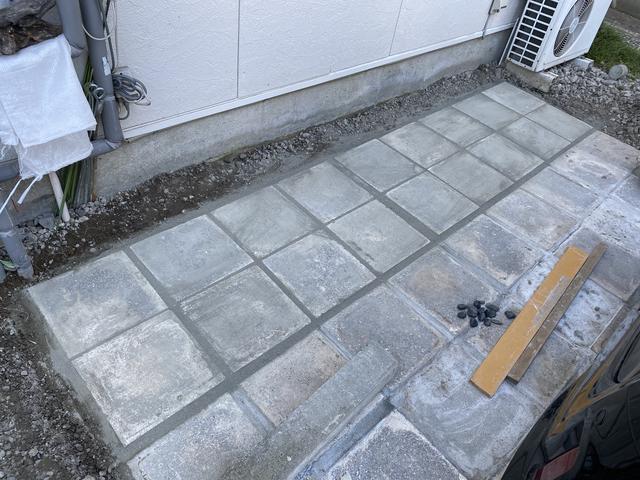 石板を敷きすき間にバサモルを