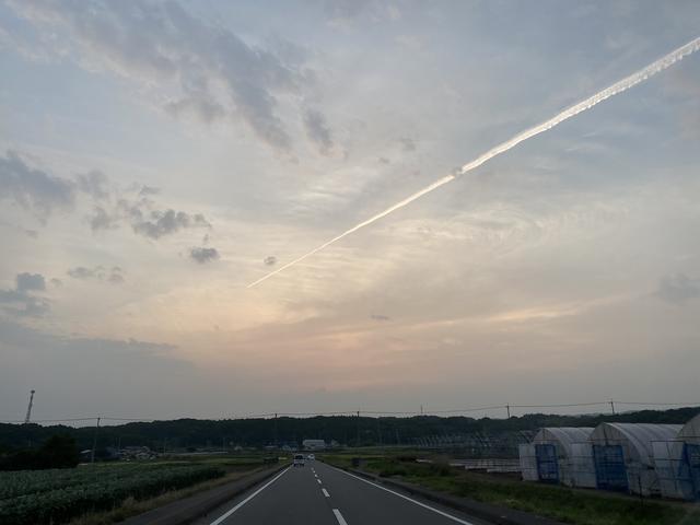 夕焼けに飛行機雲