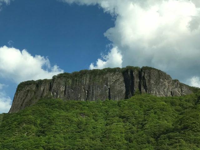 麓から見る荒船山