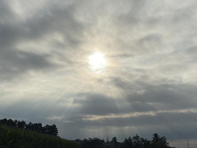 雲の隙間から朝日の日差し